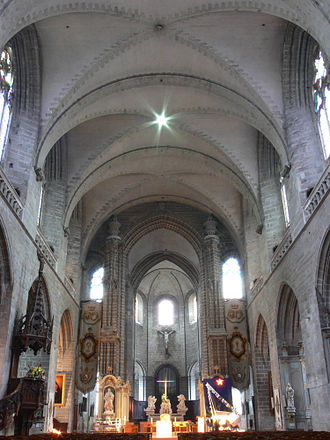 Vannes Cathedral - The nave with the altar and statues of St. Peter and St. Paul (December 2006)