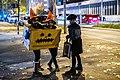 Verkleidete Kinder an Halloween 2019 an der Kreugung der Hechinger Straße und der Katharinenstraße in Tübingen.jpg