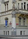 Vyšehrad, Svobodova 5, Vinařického 2, nárožní socha (01).jpg