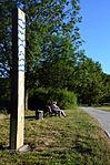 Wasserzeichen (Region Hannover), Leine bei Marienwerder, 02d03d, Stele am Wegrand, Hinüberscher Garten.jpg