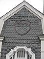 Wuppertal, Bahnstr. 2, Westgiebel mit Wappen von Vohwinkel, in Schiefer.jpg
