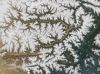 Drainage system (geomorphology) - Dendritic drainage: the Yarlung Tsangpo River, Tibet, seen from space: snow cover has melted in the valley system.