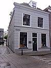 foto van Huis met lijstgevel met gebosseerde pleisterlaag