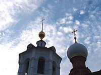 Купола Церкви Сергия Радонежского на могиле Мефодия, игумена Пешношского и колокольни.jpg