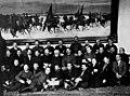 Л. Каменев и Л. Троцкий с делегатами XII съезда РКП(б) 1923.jpg