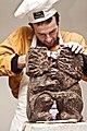 Скульптор відтворює із шоколаду фігури левів.jpg