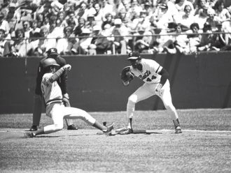 Willie McCovey - Willie McCovey attempts to tag Cincinnati Reds' shortstop Dave Concepción out at first base at McCovey's last game at Candlestick Park