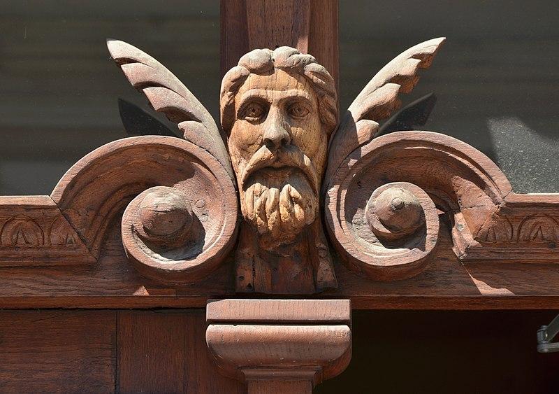 Фрагмент дверей будинку № 2 на вулиці Дудаєва у Львові. Автор Aeou, вільна ліцезія CC BY-SA 4.0