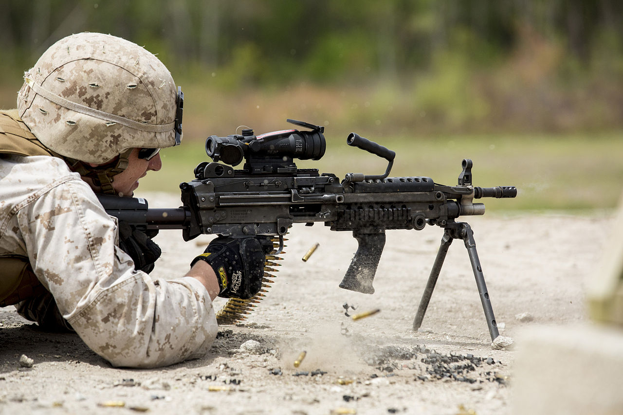 Беспрерывная очередь из пулемета M249 SAW 700 выстрелов!