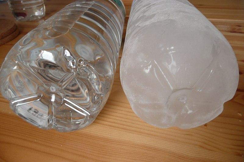 File:A droite bouteille d'eau liquide et à gauche complètement congelé.JPG