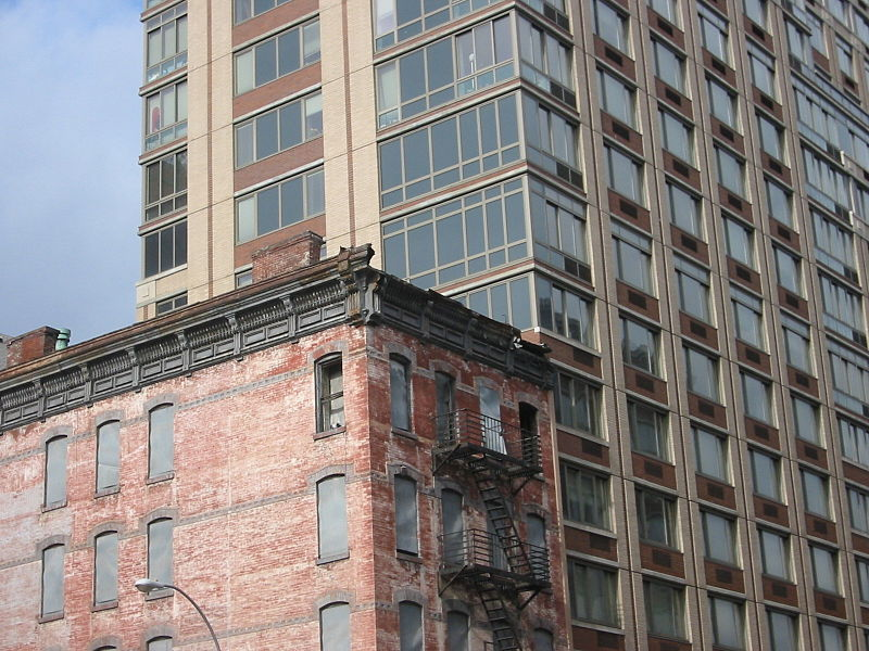 File:Abandon building and new condo.JPG