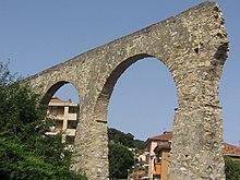 L'acquedotto in stile romano presso il centro urbano di Andora