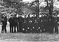 Admirał Karl Donitz i admirał Hellmuth Heye w otoczeniu marynarzy niemieckiej marynarki wojennej (2-2605).jpg