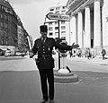 Agent regelt het verkeer in de Rue du Faubourg-Saint-Honoré voor de kerk van St…, Bestanddeelnr 254-0290.jpg