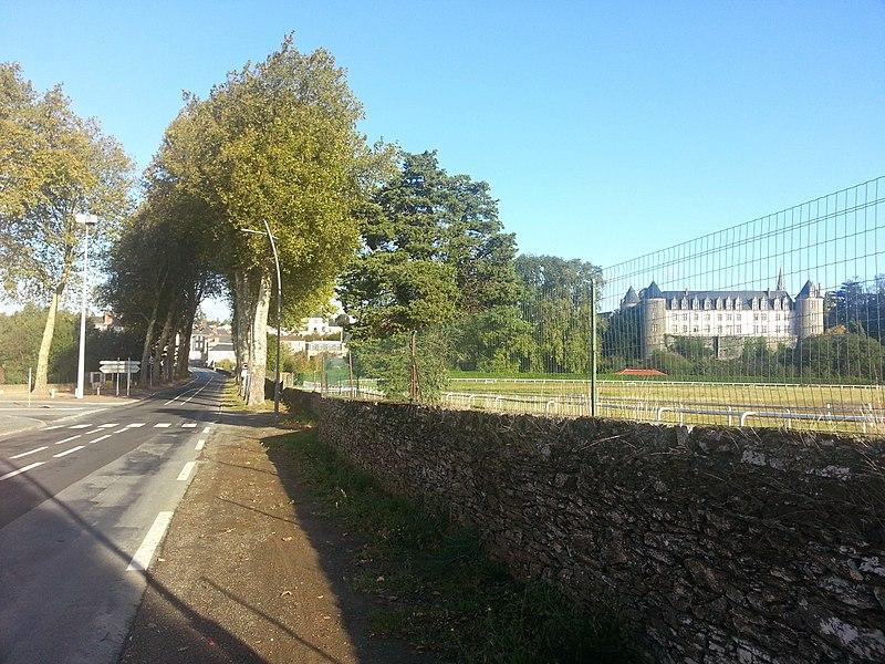 Arrivée à Beaupréau (49), avec son château et hippodrome