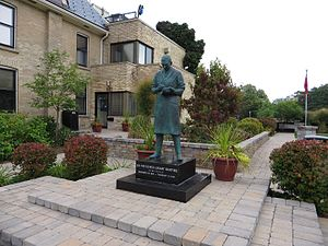 Banting House - The statue of Frederick Banting outside Banting House