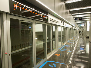Airport T1 (Barcelona Metro) - Screen doors at the station's island platform.