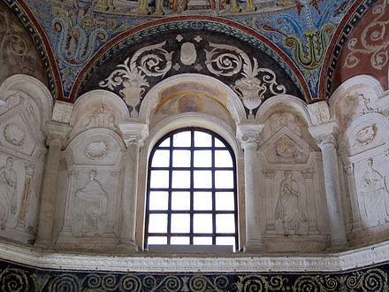 Une fenêtre romano-byzantine datant du Vesiècle, intégrée dans son décor intérieur d'époque. Baptistère des Orthodoxes de Ravenne, Italie