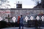Cruces fúnebres simbólicas en honor de los muertos en el Muro, fotografía de enero de 1990