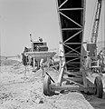 Bevloeiingswerken bij de kibboets Hakuk bij het Meer van Tiberias Graafmachine , Bestanddeelnr 255-4789.jpg