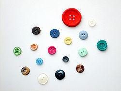 Botones de diversos tamaños, colores, formas y materiales.