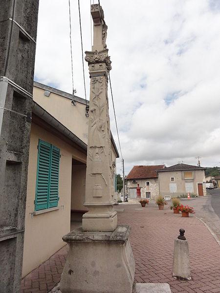 Boviolles (Meuse) croix de chemin devant mairie