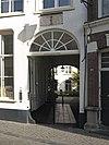 foto van Groot adellijk huis, bestaande uit drie vleugels om een binnenhof een vleugel daarvan evenwijdig aan de straat