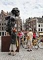 Brug 9- Torensluis over het Singel - toeristen rond het standbeeld van Mutatuli (buste door Hans Bayens, 1987) - Amsterdam - 20536116 - RCE.jpg