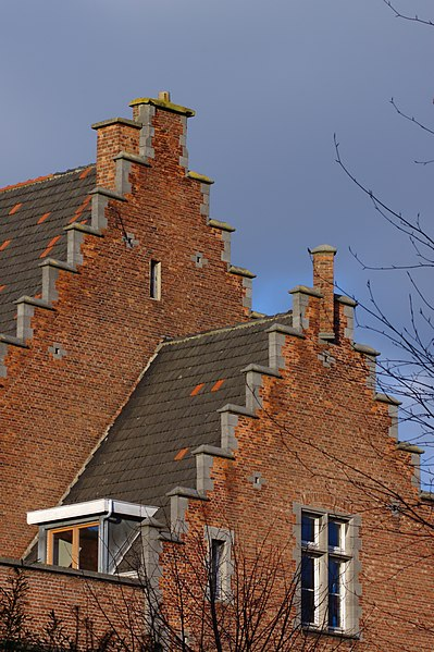 File:Brusel, Avenue Tilleuls, štíty domů.jpg