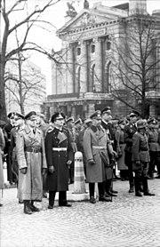 Bundesarchiv Bild 101I-759-0139N-28A, Norwegen, Oslo, deutsche Offiziere vor Nationaltheater
