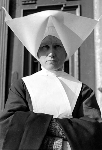 The head cornette, worn by a Polish nun habit in 1939, was later abandoned in 1964 after the sweeping aesthetic changes brought by the Second Vatican Council. Bundesarchiv Bild 121-0320, Krakau, Gefangnis Montelupich, Klosterschwester.jpg