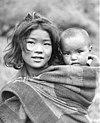 Bundesarchiv Bild 135-KB-13-098, Tibetexpedition, Mädchen mit Kleinkind.jpg