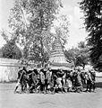 COLLECTIE TROPENMUSEUM In een optocht te Yogyakarta wordt een gunungan (ceremoniële rijstberg) gedragen ter gelegenheid van de 'Garebeg' een islamitisch offerfeest op Java TMnr 10003402.jpg