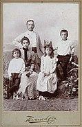 COLLECTIE TROPENMUSEUM Studioportret van een Indo-Europese familie TMnr 60050185