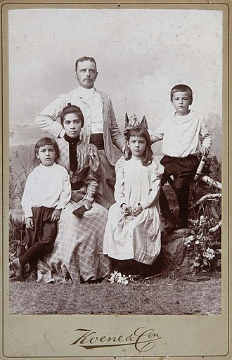 Indo people - Image: COLLECTIE TROPENMUSEUM Studioportret van een Indo Europese familie T Mnr 60050185