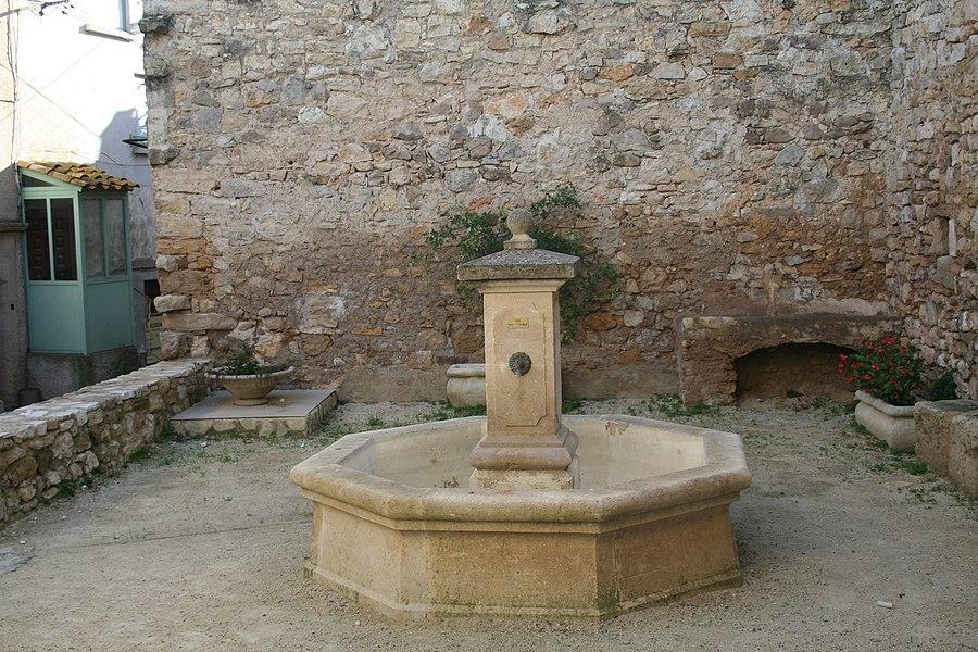 Aumelas (Hérault) - hameau de Cabrials - fontaine.