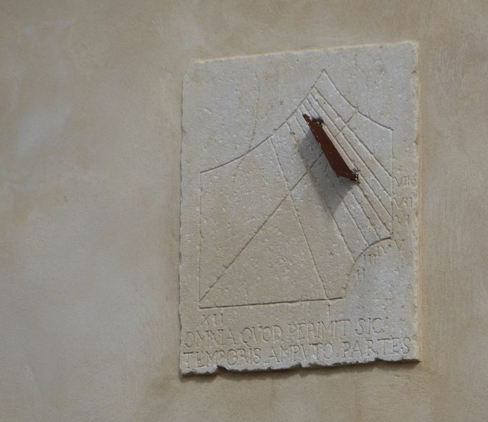 Cadran solaire situé sur le mur extérieur du château de Bicqueley (face ouest) près de Toul en Meurthe-et-Moselle (France).