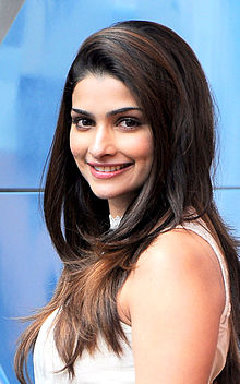 Cast of [replacesinglequotehere]Bol Bachchan[replacesinglequotehere] interview at Mehboob studio 07 Prachi Desai.jpg