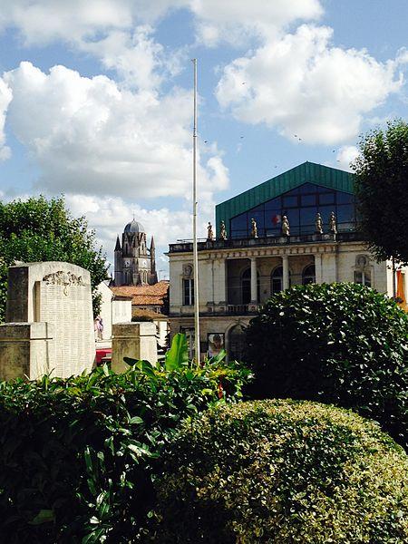 On peut voir en arrière plan le clocher jamais achevé de la cathédrale Saint-Pierre avec à droite de la photographie la façade du théâtre le Gallia.