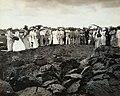 Collectie Nationaal Museum van Wereldculturen TM-60061994 Toeristen bekijken het delven van asfalt uit Lake Pitch op La Brea Trinidad fotograaf niet bekend.jpg