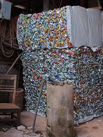Aluminium recycling - Image: Compressed aluminium cans