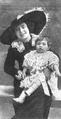 Consuelo Mayendía e hijo.png