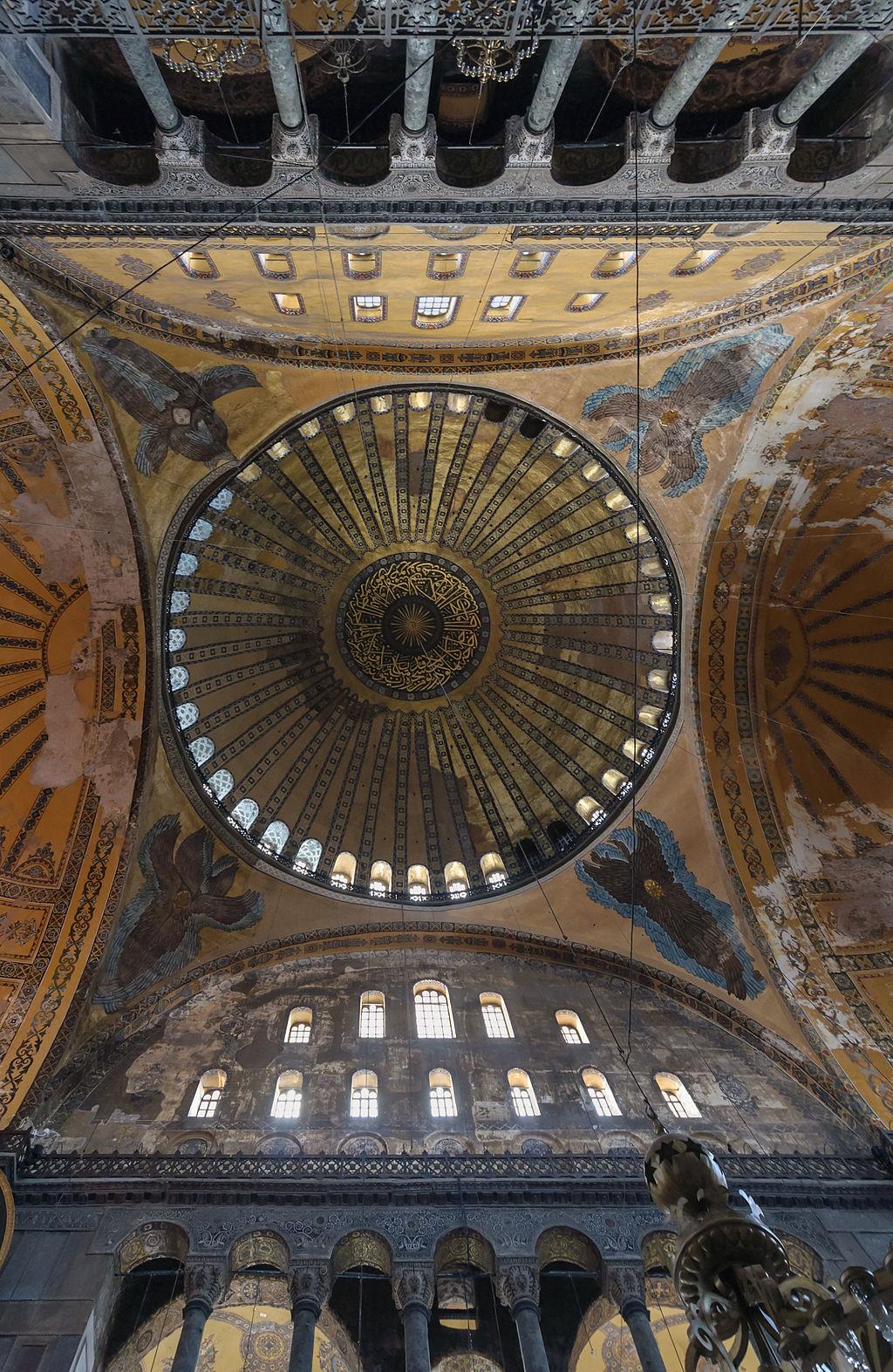 El interior de Hagia Sophia es famoso por su iluminación mística