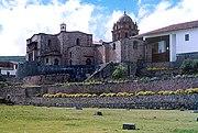 Vista del Coricancha (construcción inferior) y Convento de Santo Domingo (edificado encima del anterior) en la ciudad del Cusco. El Coricancha fue considerado la principal construcción de todo el imperio inca, condición que perdió al ser destruido en la conquista española.