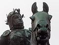Détail de la statue équestre de Bertrand du Guesclin (têtes), Dinan, France.jpg