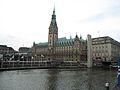 Das Rathaus und die Kleine Alster.JPG