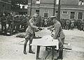 De drie detachementen van het 8e en 19e regiment infanterie ontvangen aan het ei – F40444 – KNBLO.jpg