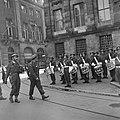 De prins in Amsterdam passeert een militair muziekkorps voor het Paleis op de Da, Bestanddeelnr 900-4741.jpg