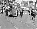 De stoet op het Leidseplein. Aan de linkerkant van de lijkwagen Albert van Dals, Bestanddeelnr 912-5677.jpg