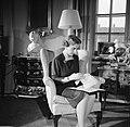 Deense Koningin bordurend in haar woning in paleis Brockdorff in Slot Amalienbor, Bestanddeelnr 252-8634.jpg